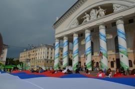 На Театральной площади Калуги развернули огромный триколор