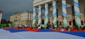 В День флага в Калуге развернут огромный триколор